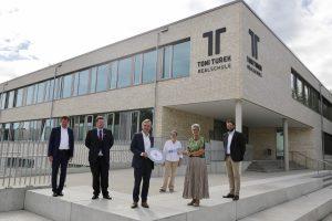Den Schlüssel übergeben – Toni-Turek-Realschule feierte Eröffnung